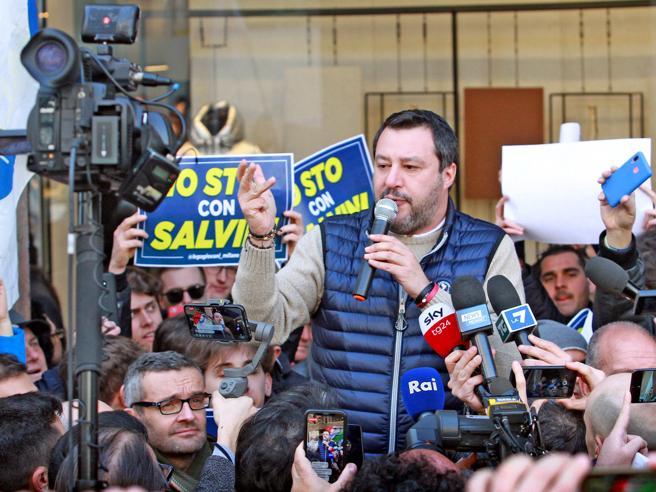 «Facciamo come gli inglesi». Salvini attacca l'Ue, poi precisa