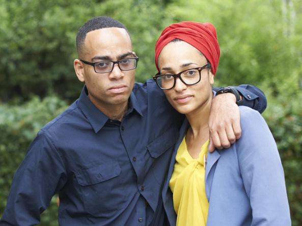 La scrittrice Zadie Smith con il fratello Ben Bailey Smith, attore e rapper noto come Doc Brown (foto Paul  Stuart/Camera Press/Contrasto)