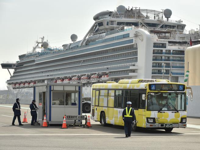 Coronavirus, morti due passeggeri della nave. Quarantena fin