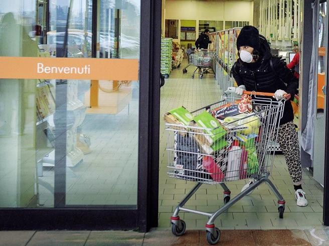 Coronavirus, supermercati assaltati e scaffali vuoti: prove
