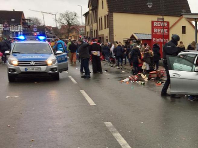 Germania, auto contro i bambini alla parata di Carnevale. La polizia tedesca: «Erano l'obiettivo»