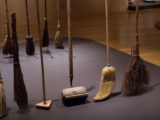 Broomstick challenge: oggi le scope stanno in piedi. Ma è bufala social