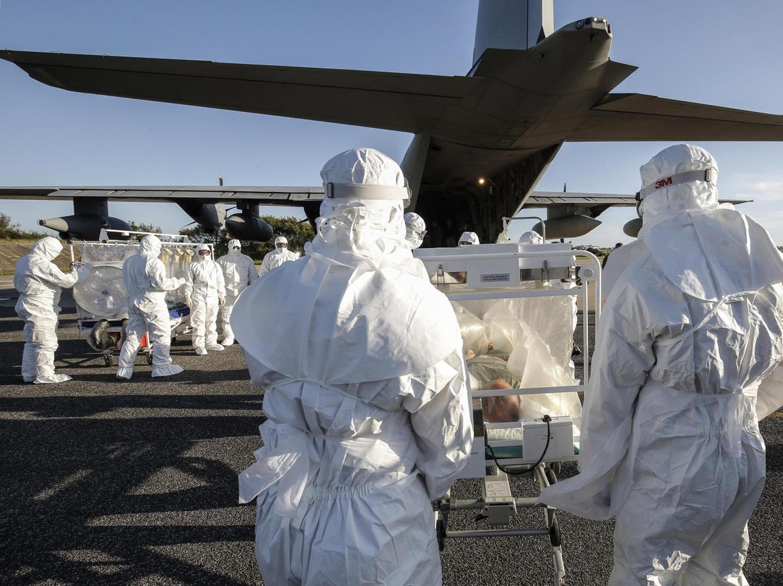 Un'esercitazione di bio-contenimento dell'Aereonautica Militare e del personale medico dell'Istituto Spallanzani (Ansa)