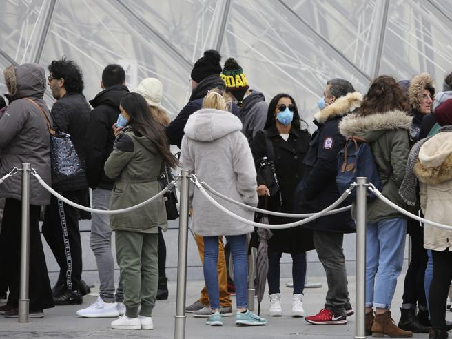 Il Louvre di Parigi chiuso per una riunione dei dipendenti, preoccupati dal Coronavirus
