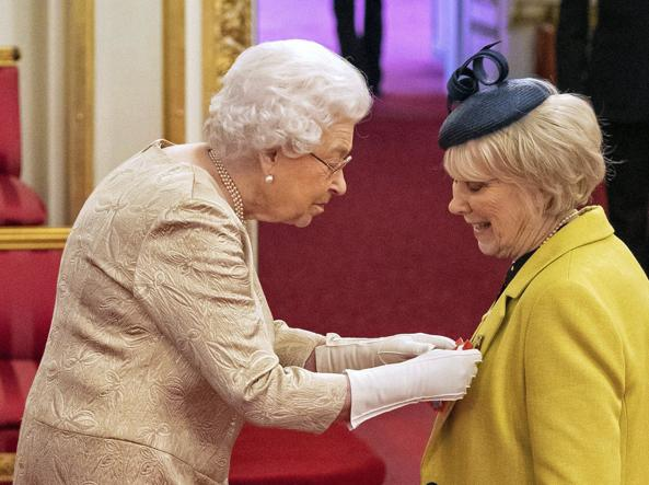 La Regina mentre assegna l'onoreficenza all'attrice Wendy Craig (Ap)