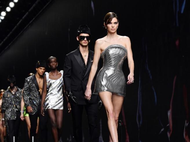 Coronavirus, Armani rimanda l'evento di Dubai, Versace cancella lo show negli Usa: gli stop della moda