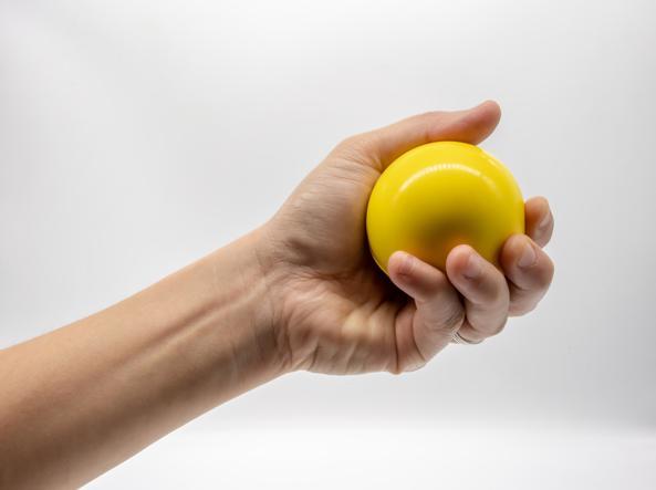 Non dobbiamo toccare il volto con le mani: qualche trucco per riuscirci