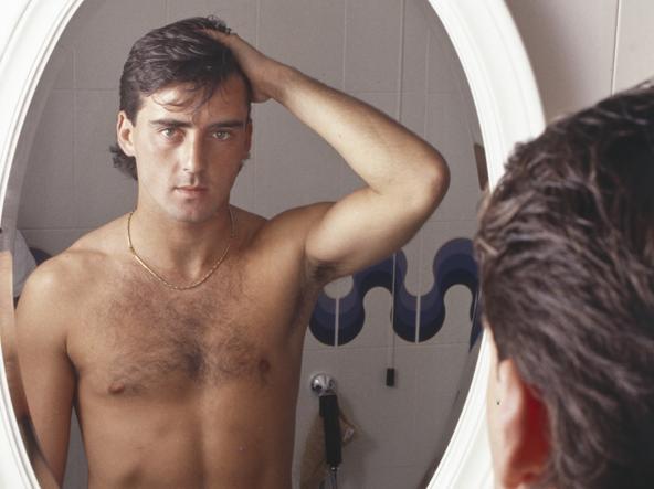 Roberto Mancini davanti allo specchio in una foto del 1988, anno in cui giocava con Gianluca Vialli nella Sampdoria. E' diventato ct della Nazionale il 14 maggio 2018