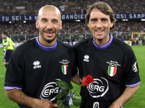 Roberto Mancini con Gianluca Vialli sorridono a Genova durante la festa per l'addio di Mancini al calcio giocato nel 2002 (foto Luca Zennaro/Ansa)