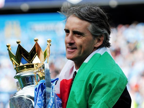 Mancini nel 2012 con la coppa vinta dal Manchester City (Ellis/Afp via getty)