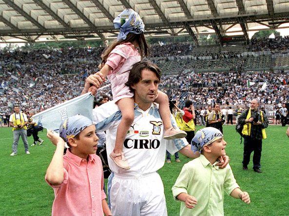 Mancini con i figli Filippo, Andrea e Camilla (sulle spalle) durante la festa all'Olimpico per il secondo scudetto della Lazio (19992000), stagione in cui il club biancoceleste ha compiuto 100 anni (foto Livio Anticoli/Olycom)