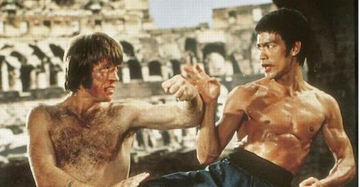 Chuck Norris compie 80 anni: dalle origini cherokee alla sfide (perse) con Bruce Lee, l'uomo che non aveva paura di niente
