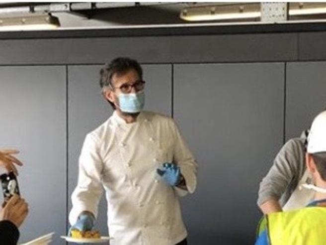 Coronavirus, Carlo Cracco volontario cucina per gli operai alla Fiera di Milano: «Ci prenderemo cura di loro»