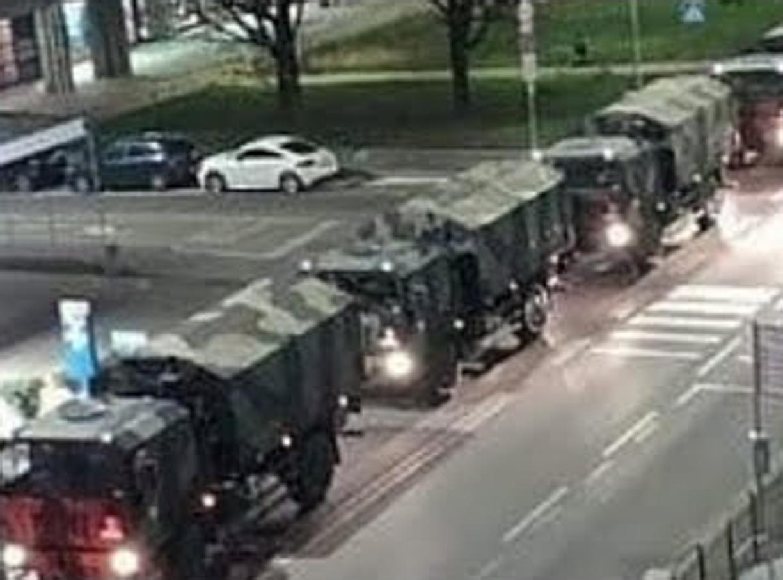 Camion militari portano via da Bergamo le bare dei morti di coronavirus