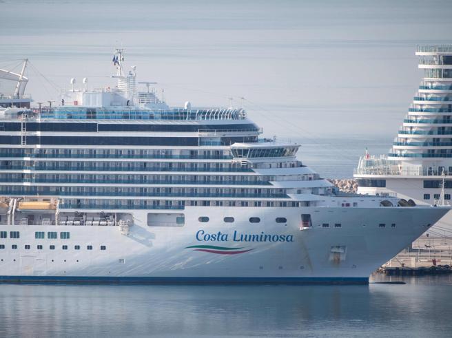 Costa Luminosa, inizia lo sbarco a Savona dei passeggeri: a bordo 84 sintomatici di coronavirus