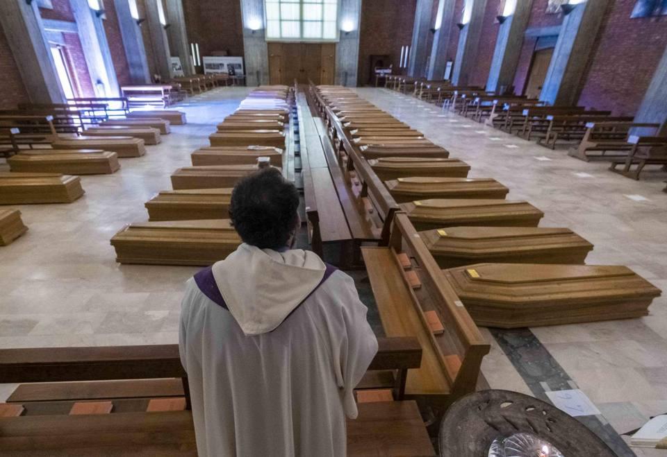 Coronavirus, Bergamo e le 45 bare nella chiesa di San Giuseppe: l ...
