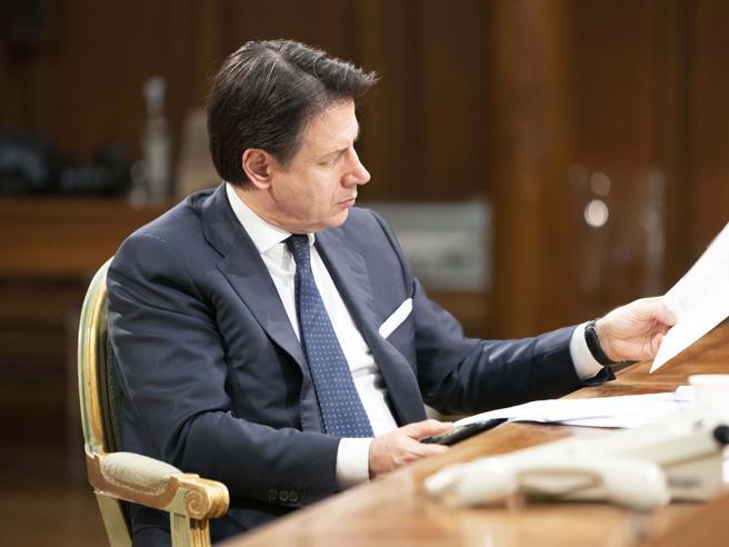Coronavirus, il governo vara multe fino a 3 mila euro: «Ancora chiusi il 31 luglio? Non è vero»