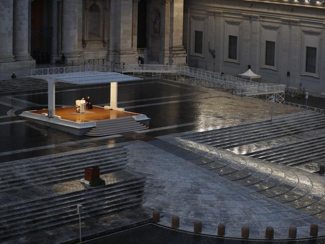 Coronavirus, il Papa prega nella piazza vuota: «Ti imploriamo Dio, non lasciarci nella tempesta»