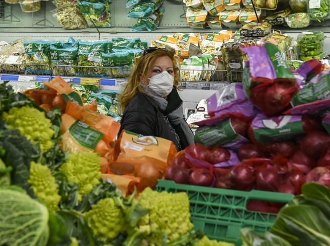 Coronavirus, il decalogo per sentirsi al sicuro quando si fa la spesa al supermercato