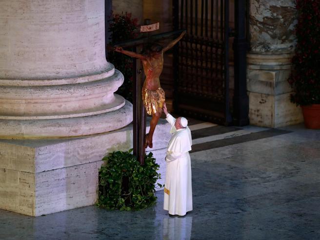 Coronavirus, Papa Francesco e la benedizione urbi et orbi con l'indulgenza plenaria