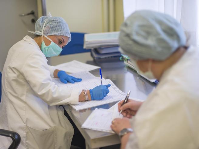 Scienziati in attesa del picco dei contagi: «Serve ancora una settimana. E a fine aprile ci aspettiamo la discesa»