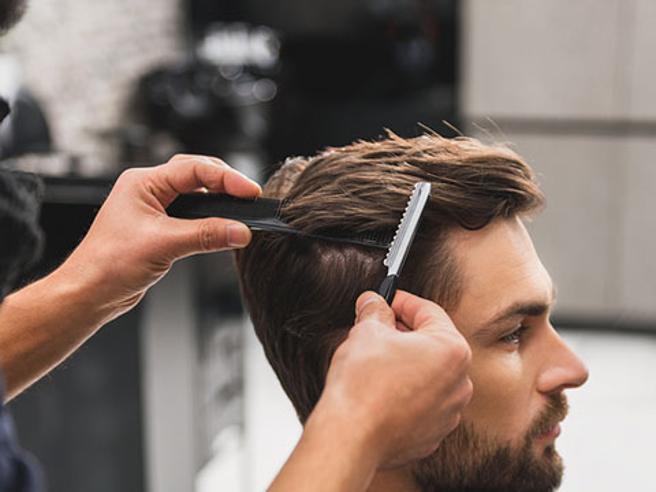 Tagliare i capelli a un uomo in casa: ecco come fare con forbice o rasoio