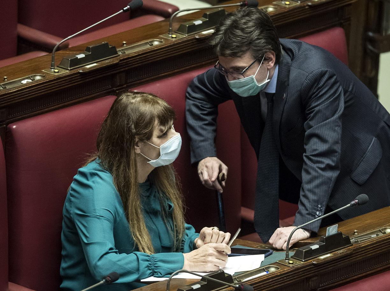 Maria Teresa Baldini e Matteo Dall'Osso durante una alla Camera con la mascherina (LaPresse)