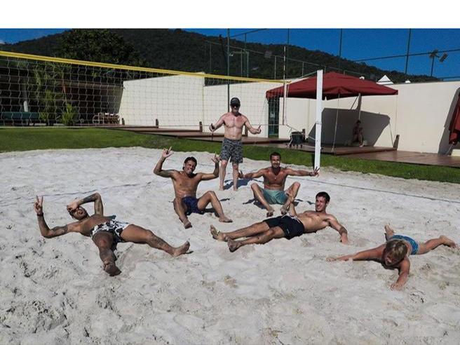 Coronavirus, Neymar e le foto mentre gioca in spiaggia con gli amici. I fan: irresponsabile
