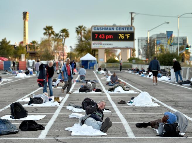 Coronavirus, i senzatetto di Las Vegas in osservazione in un parcheggio