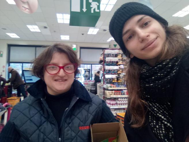 Cecilia, la commessa di supermarket che aiuta gli altri: «Mi vogliono tutti bene, io vado avanti»