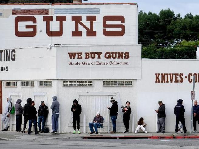 Il coronavirus e il boom delle armi in America: tutti in coda per il pane e per i revolver