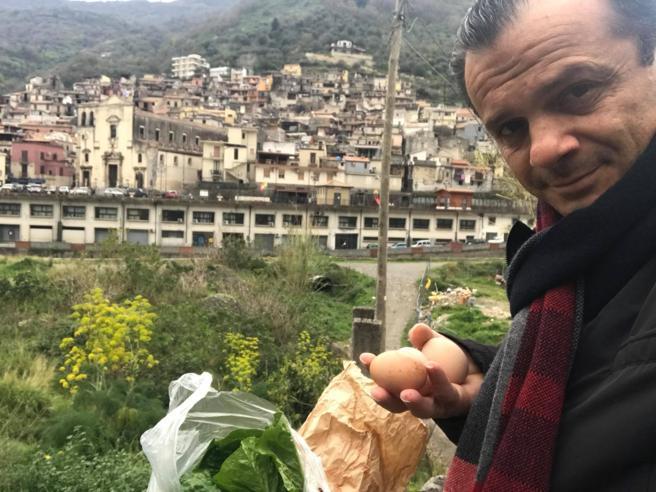 Messina, il sindaco De Luca ritira uova e insalata a 30 km dalla città. Bufera sui social