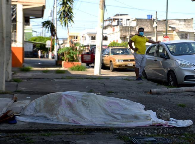 Coronavirus, il dramma in Ecuador Cadaveri abbandonati  nelle strade