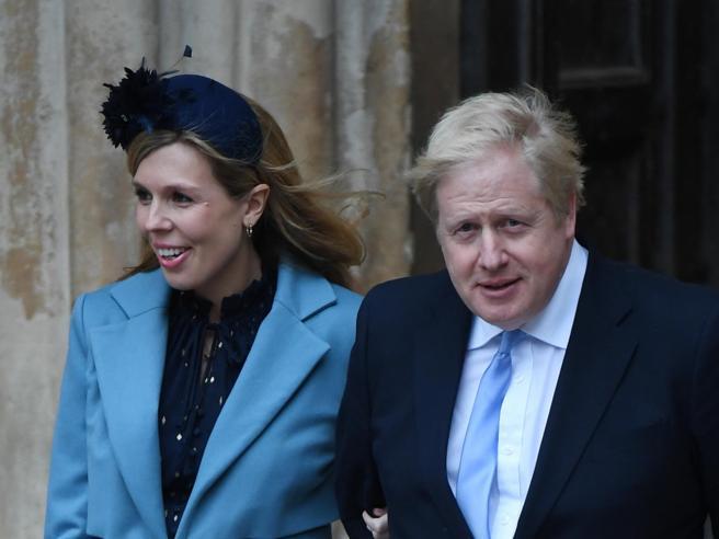 Coronavirus, Boris Johnson ricoverato con febbre alta e tosse. In isolamento la compagna (incinta)