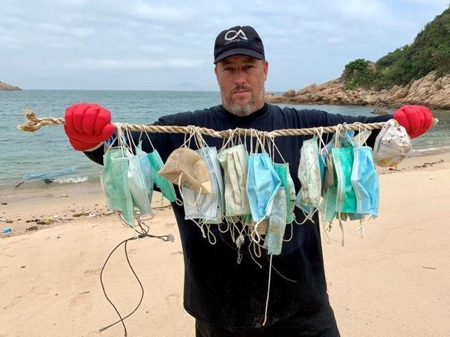 Coronavirus, allarme ambientale: «Miliardi di mascherine finiranno nei mari»
