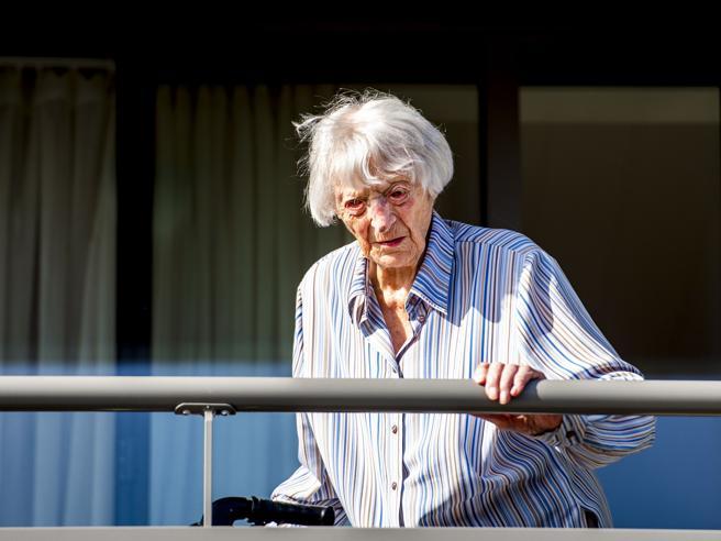 Coronavirus, in Olanda Cornelia Ras è guarita a 107 anni: è la più anziana ad aver battuto la malattia