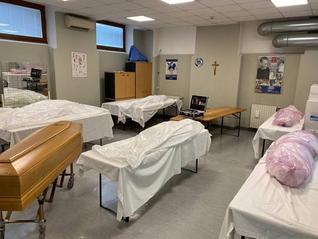 Da Milano al Sud, la strage dei nonni nelle residenze sanitarie. I corpi nelle palestre
