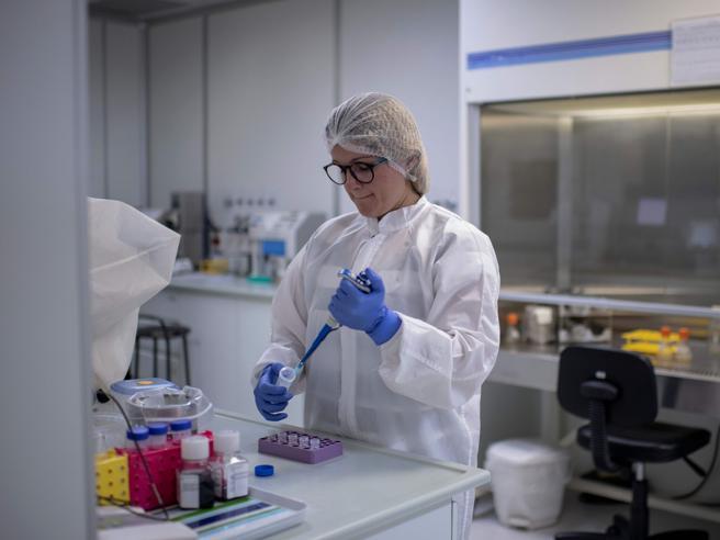 Cos'è questa storia del vaccino per il coronavirus testato sull'uomo, a fine mese