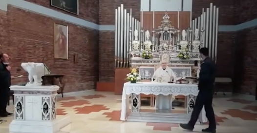 Celebra la messa con i fedeli, i carabinieri lo interrompono ma lui va avanti: prete rischia la  multa