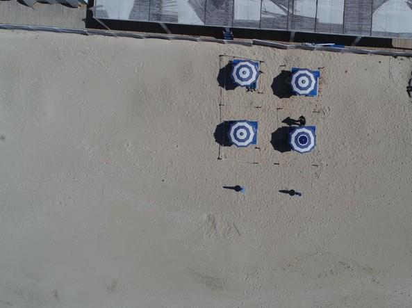 Spiagge a numero chiuso, come sarà l'estate 2020: ombrelloni distanziati e costi più alti