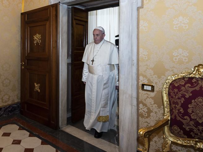 Coronavirus, una telefonata alla residenza papale a Casa Santa Marta: così il premier Conte ha «disarmato» la Cei