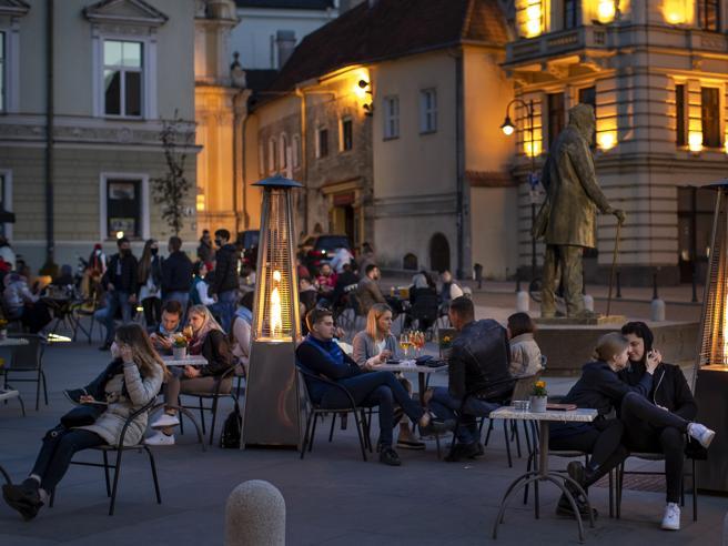 Coronavirus, la Lituania trasformerà la capitale Vilnius in un bar a cielo aperto