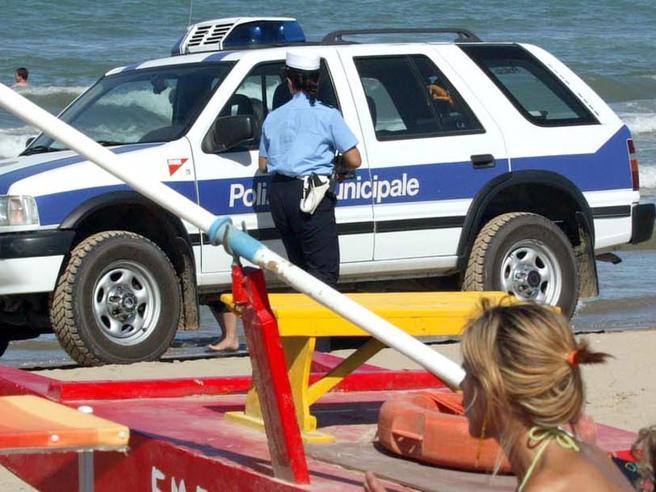 Coronavirus e vacanze estive, le regole delle Regioni: steward al mare e braccialetti anti-assembramenti