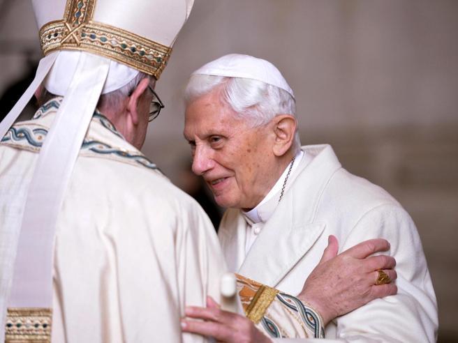 Il ritorno di Ratzinger: «Nozze gay e aborto segni dell'Anticristo»