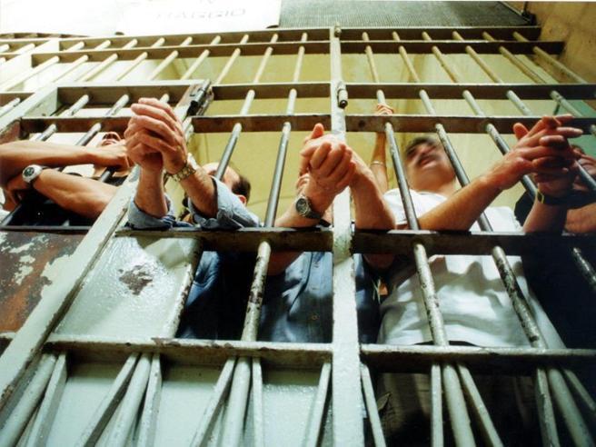 Rischio Covid, Bonafede: «Un decreto per riesaminare la scarcerazione dei 376 detenuti»