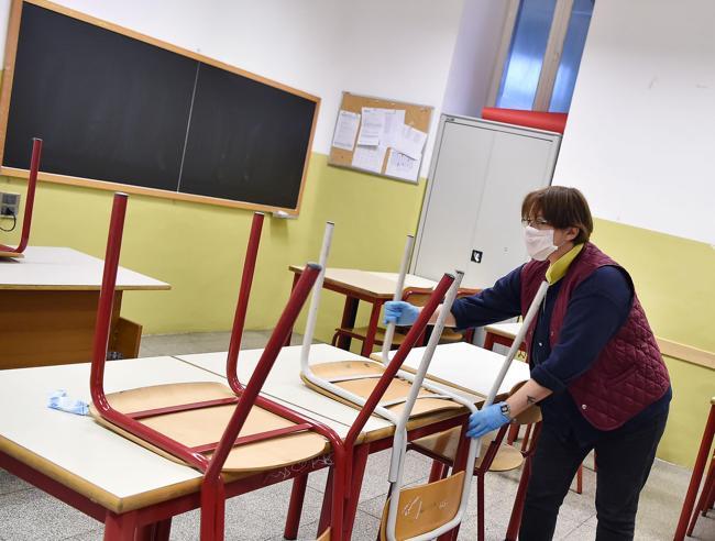 Riapertura scuole: entra una classe ogni quarto d'ora. Il nodo dell'obbligo delle mascherine