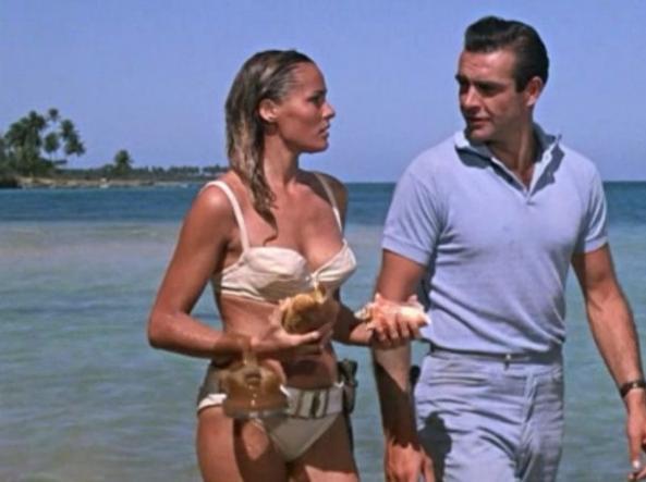 Ursula Andress e Sean Connery in «007 Licenza di uccidere» (1962)