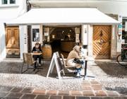Clienti seduti all'esterno di un bar