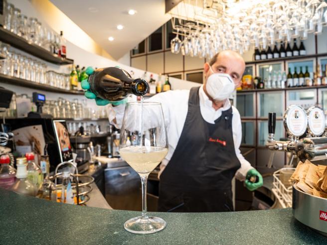 Bolzano: da oggi riaperti bar, ristoranti e parrucchieri. «Qui siamo già pieni»
