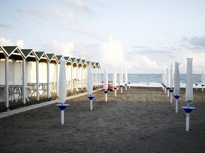 Coronavirus spiagge, riapertura con accessi regolamentati e prenotazioni anche per quelle libere: il protocollo